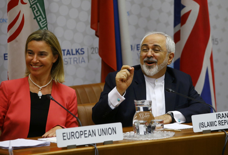 Глава европейской дипломатии Фредерика Могерини и глава МИДа Ирана Мохаммад Джавад Зариф во время переговоров по ядерной программе Ирана в Вене, 14 июля 2015.