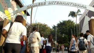Entrée de l'établissement d'enseignement français d'Abidjan Jean-Mermoz.