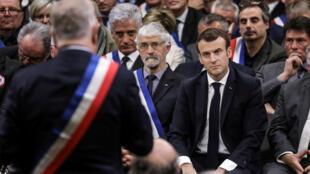 Le président Emmanuel Macron a poursuivi dans le Sud-Ouest le «grand débat» à Souillac, le 18 janvier 2019. Des maires lui ont demandé des actions concrètes, l'avertissant que des mots seuls ne suffiraient pas à apaiser la colère des «gilets jaunes».