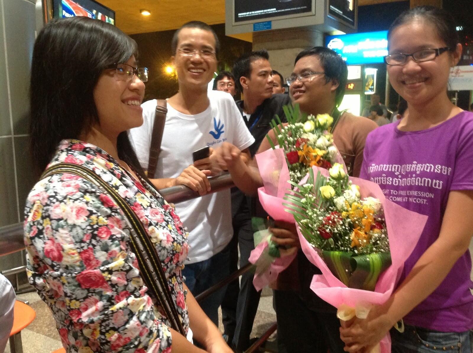 Hai blogger Nguyễn Nữ Phương Dung và Nguyễn Thảo Chi từ Bangkok trở về được đón tiếp tại phi trường Tân Sơn Nhất, ngày 05/08/2013
