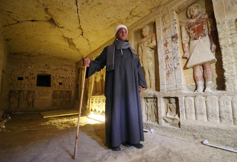 Mustafa Abdo, le chef de la mission archéologique, photographié dans la tombe du prêtre «Wahtye», à Saqqara, dans la nécropole à Giza, le 15 décembre 2018.