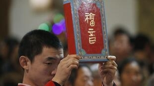 资料图片:2014年12月24日中国北京基督徒举行弥撒