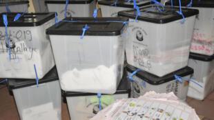 Des urnes après le scrutin de l'élection présidentiel guinéenne, en 2015 (image d'illustration).