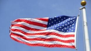 Le bâtiment avait toutes les apparences d'une vraie représentation des Etats-Unis, notamment la bannière étoilée flottant à l'extérieur.