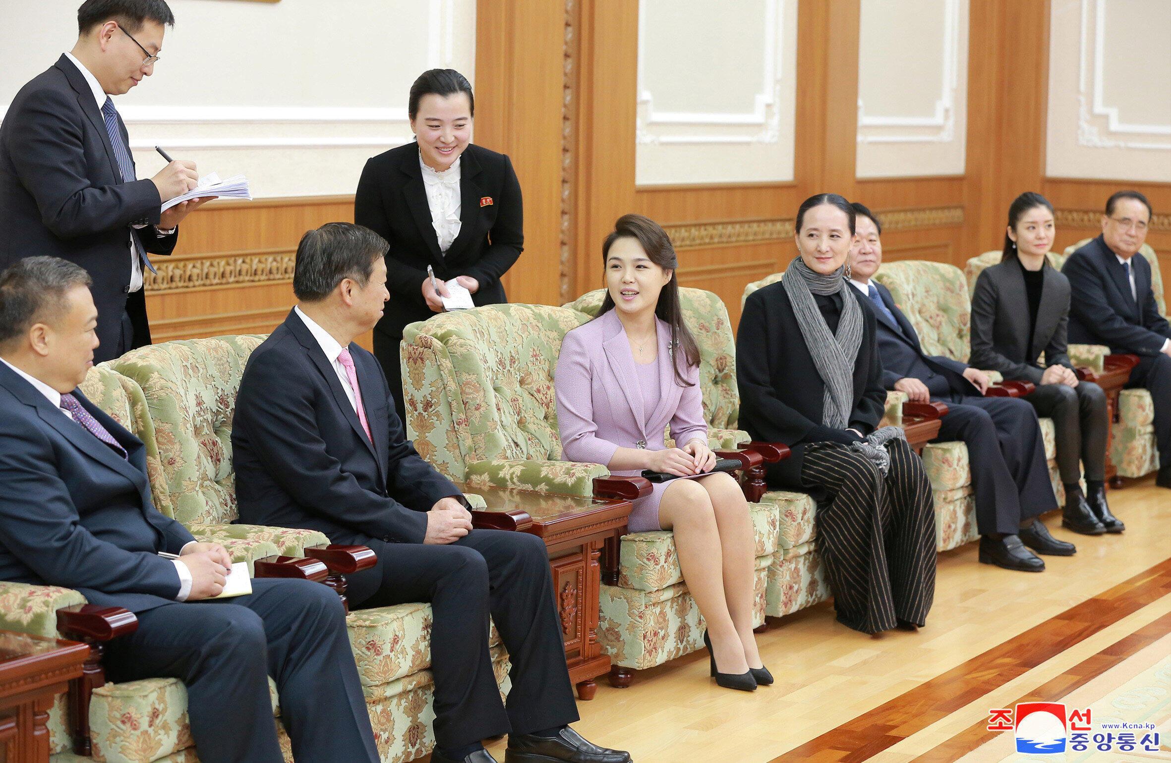 Bắc Triều Tiên: 'đệ nhất phu nhân' Ri Sol Ju tiếp ông Tống Đào, trưởng đoàn nghệ thuật Trung Quốc đến  Bình Nhưỡng. Ảnh ngày 15/04/2018.