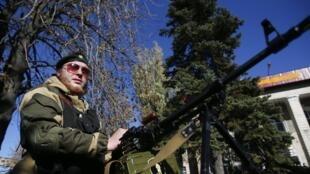 Rebelde pró-russo com metralhadora na periferia de Donetsk