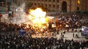 L'explosion de ballons remplis d'hélium lors d'un  rassemblement à Erevan le 4 mai 2012 ont fait 144 blessés.