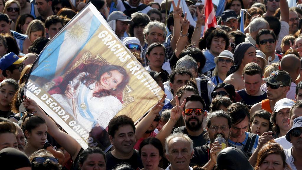 """Wafuasi wakija kumuaga na kusema """"asante"""" Cristina Kirchner, mbele ya ukumbi wa Ikulu ya rais katika mji wa Buenos Aires, Desemba 9, 2015."""