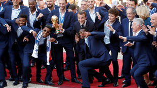 法国队全体球员与总统马克龙一道在爱丽舍宫庆祝胜利