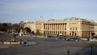L'hôtel Crillon, depuis le place de la Concorde à Paris, garantit à ses clients un service de qualité.