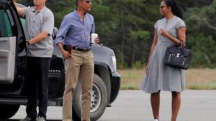 El presidente Barack Obama habla con la primera dama, Michelle Obama, antes de subir al Marine One al fin de sus vacaciones en Edgartown, Massachusetts, el pasado 22 de agosto de 2016.