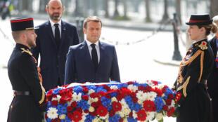 二战结束纪念日法国总统马克龙为凯旋门下无名战士墓献花,2020/ 05/08