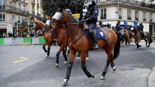 Kỵ binh Pháp tuần tra tại Paris trong ngày biểu tình của những người Áo Vàng ngày 08/12/2018.
