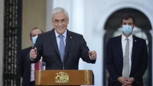 El presidente de Chile, Sebastián Piñera, anuncia la postergación de las elecciones de alcaldes, gobernadores y constituyentes, a raíz del aumento de contagios de covid, el 6 de abril de 2021 en Santiago