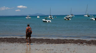 Un touriste se balade sur une plage de Nosy Be. (Illustration).
