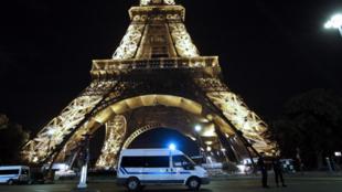 Des policiers faisant la garde devant le Champ de Mars après avoir fait évacuer la Tour Eiffel après une alerte à la bombe, à Paris, le 14 septembre 2010.