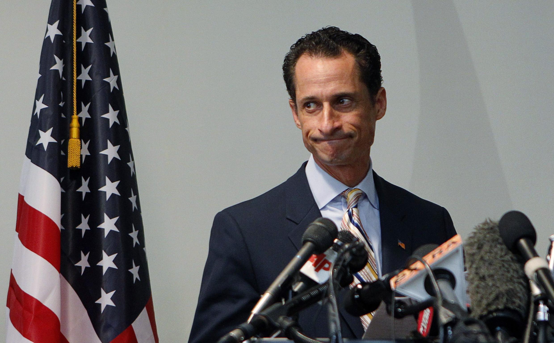 Anthony Weiner não resiste às pressões e renuncia após divulgação de fotos na internet.