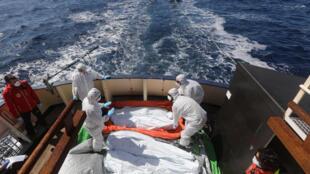 Corpos de migrantes são retirados do mar no litoral da Líbia na semana passada