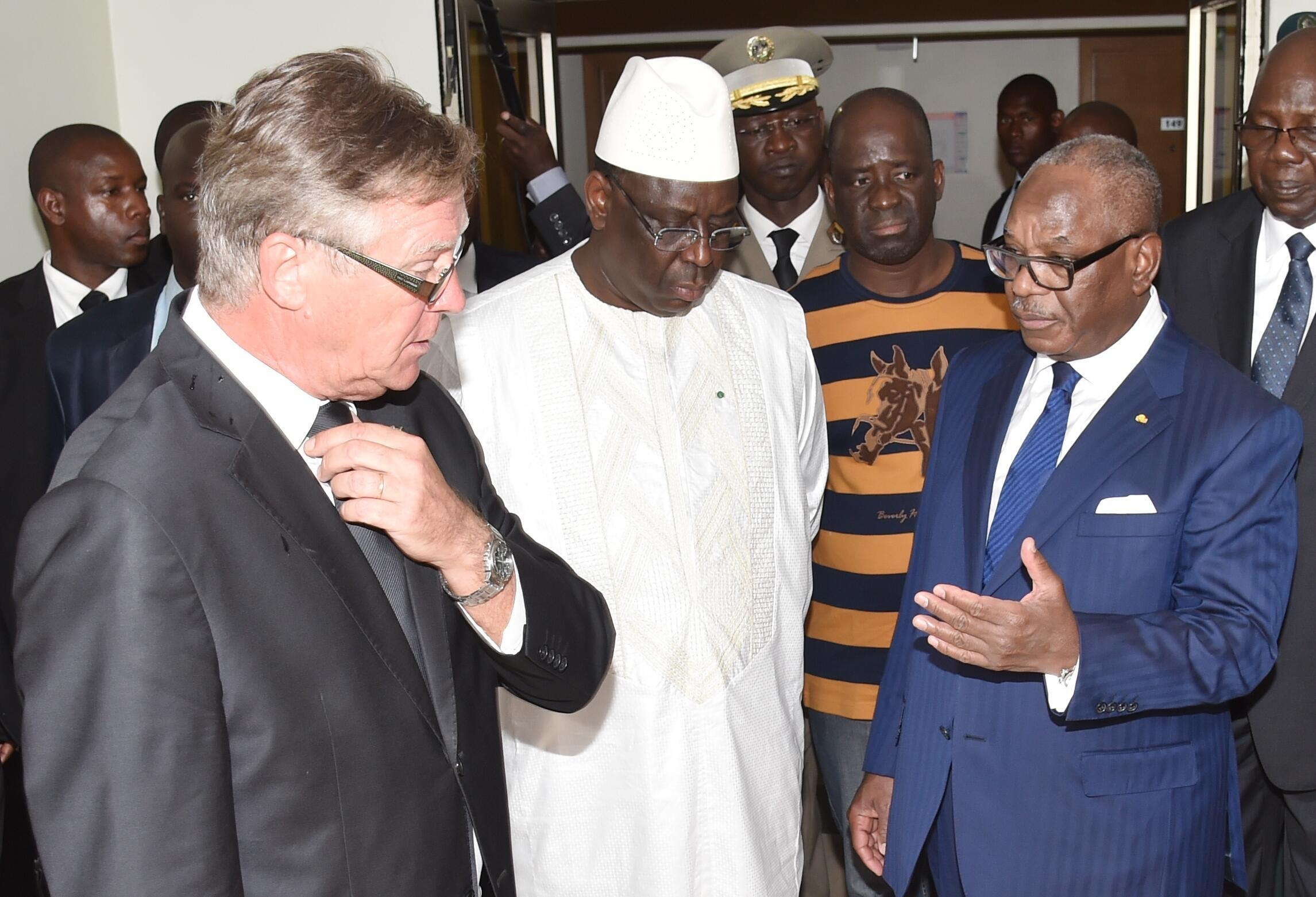 Rais wa Senegal Macky Sall (katikati) na mwenzake wa Mali Ibrahim Boubacar Keïta (kulia) na mkurugeni wa hoteli Radisson (kushito), Novemba 22, 2015 jijini Bamako.