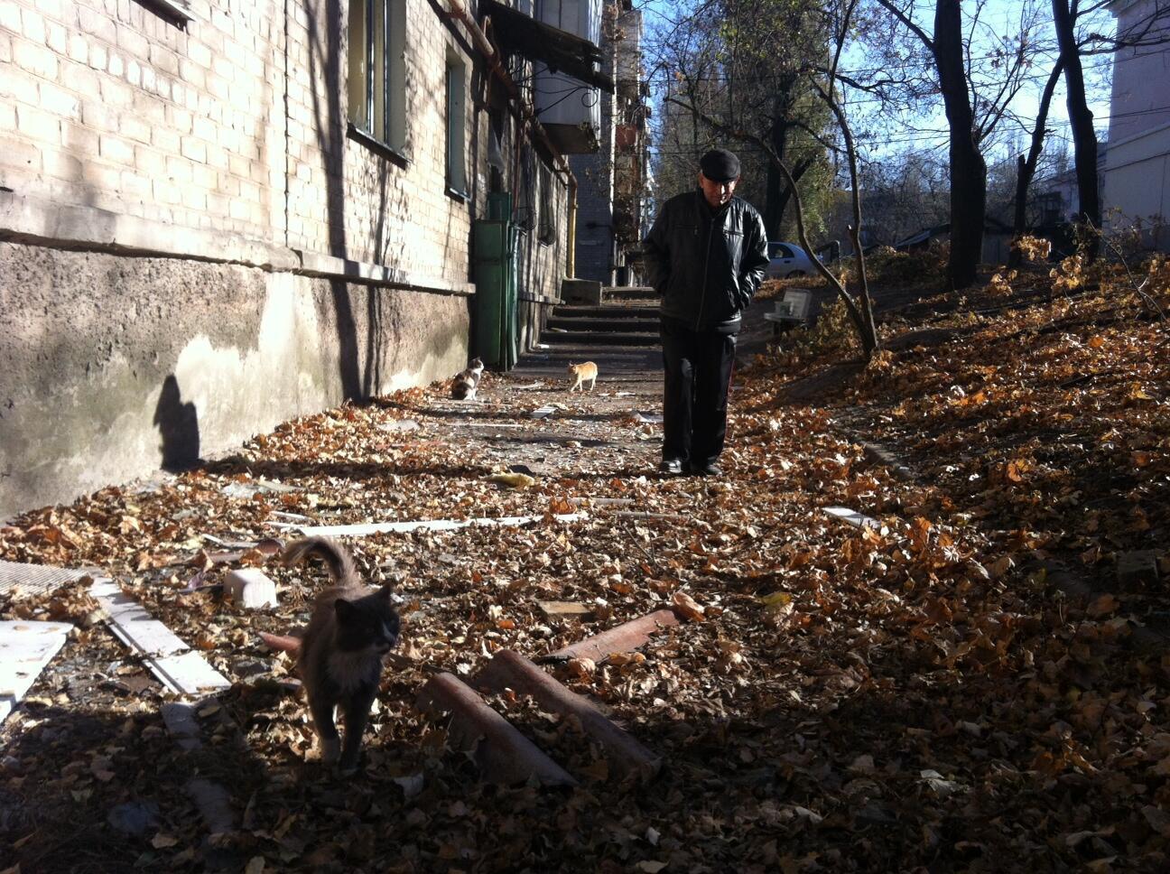 Nikolaï Sergueevitch, um dos poucos habitantes que permaneceram no bairro de Kievski, em Donetsk. Mais de 460 mil pessoas deixaram suas casas