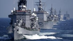 Tàu trục hạm Kurama thuộc lực lượng hải quân Nhật Bản diễn binh trên vịnh Sagami, vùng Yokosuka, nam Nhật Bản, ngày 18/10/2015