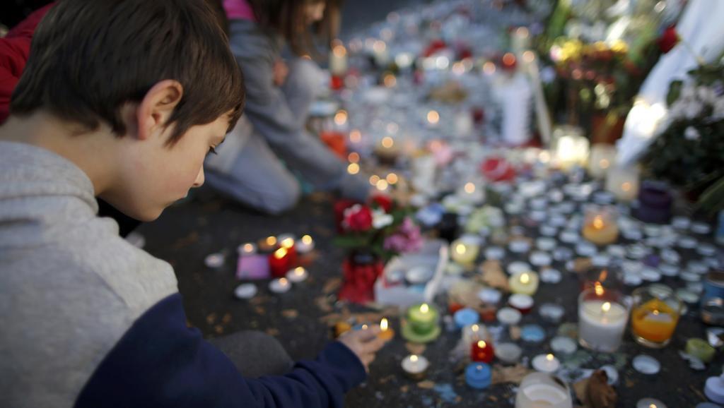 Velas y flores llenaron las calles cercanas a los lugares de los atentados del 13 de noviembre del 2015.