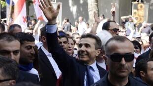 L'oligarque Bidzina Ivanichvili (C), saluant la foule lors du rassemblement de la coalition de l'opposition «Le Rêve géorgien» à Tbilissi, le 27 mai 2012.