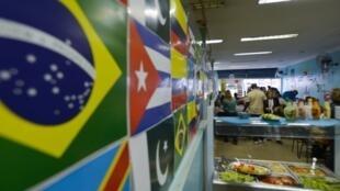 No Dia Mundial do Refugiado, um grupo de estrangeiros se reuniu em Brasília em um restaurante, fundado por refugiados cubanos. No cardápio, a comida típica de Cuba com arroz, feijão, carne e legumes.