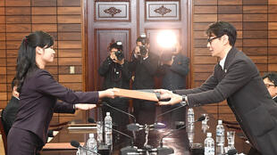 Ca sĩ và trưởng đoàn Hàn Quốc Yun Sang trao đổi các tài liệu với Hyon Song Wol, trưởng dàn nhạc Samjiyon Orchestra, trong cuộc họp tại Bàn Môn Điếm ngày 20/03/2018.