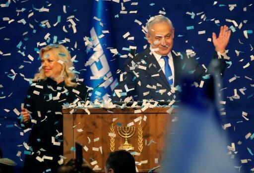 Benjamin Netanyahu, acompanhado da esposa Sara Netanyahu, reivindicando vitória nas eleições legislativas