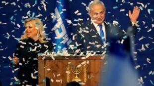 Primeiro ministro israelita, Benjamin Netanyahu, e esposa Sara Netanyahu, na noite eleitoral de 2 de março