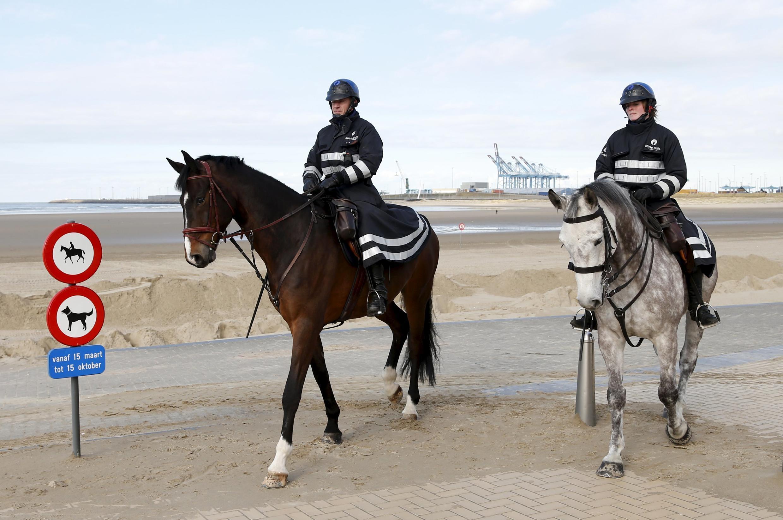 Полицейский конный патруль в бельгийском порту Зебрюгге, 24 февраля 2016.