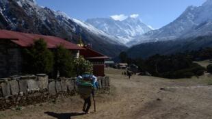 A 300 km de Katmandou la capitale Népalaise, on aperçoit le mont Everest.
