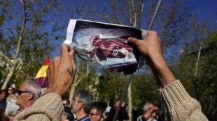 Homem queima a foto do ditador Francisco Franco diante do Supremo Tribunal de Justiça, em Madri, na Espanha.