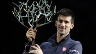 O tenista n° 1 do mundo, Novak  Djokovic, ergue o troféu conquistado neste domingo (2) no Masters 1000 de Paris.