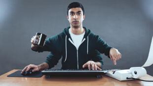 El multitasking o multitarea reduce en un 40 %  la productividad en el trabajo, disminuye la concentración y provoca fatiga mental.