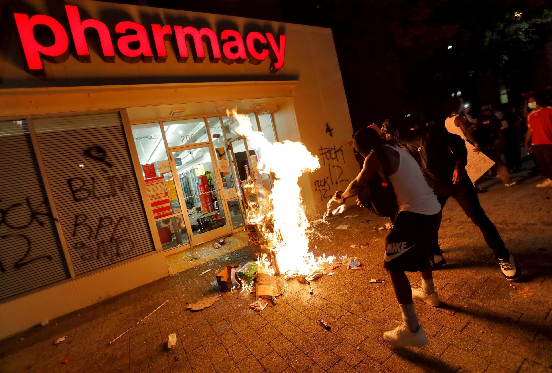 Manifestantes colocam fogo em uma farmácia de Raleigh, na Carolina do Sul, na noite desta sábado 30 de maio de 2020.