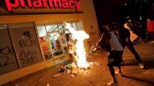 Manifestantes incendeiam uma loja em Raleigh, na Carolina do Sul, na noite desta sábado 30 de maio de 2020.