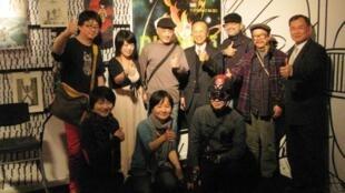 蓬皮杜中心台灣動漫周記者會台灣漫畫家與駐法代表呂慶龍及新聞組長劉代光合影