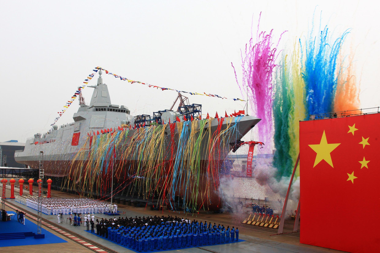 Lễ hạ thủy tàu khu trục mới của Trung Quốc tại xưởng đóng tàu Giang Nam (Jiangnan), Thượng Hải, ngày 28/06/2017.