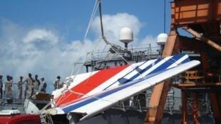 Destroços do Airbus 330, que caiu próximo à costa do nordeste brasileiro, foram retirados do mar em 2009.
