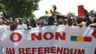 17 juin 2017. Plusieurs milliers de personnes ont manifesté à Bamako contre un référendum sur un projet de révision de la Constitution prévu le 9 juillet.