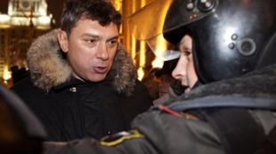 លោក Boris Nemtsov តវ៉ាជាមួយអាជ្ញាធររុស្ស៊ី ដែលកំពុងព្យាយាមរារាំងលោក និង ក្រុមមនុស្សមិនឲ្យធ្វើការជួបជុំគ្នា សម្តែងមតិ