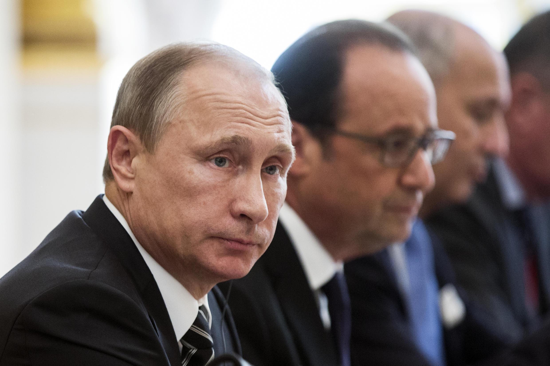 Les président russe et français, Vladimir Poutine et François Hollande à l'Elysée, le 2 octobre 2015, lors d'une réunion consacrée à l'Ukraine.