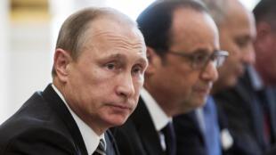 El presidente de Rusia, Vladimir Poutine  y François Hollande,  fotografiados en París el 2 de octubre de 2015.