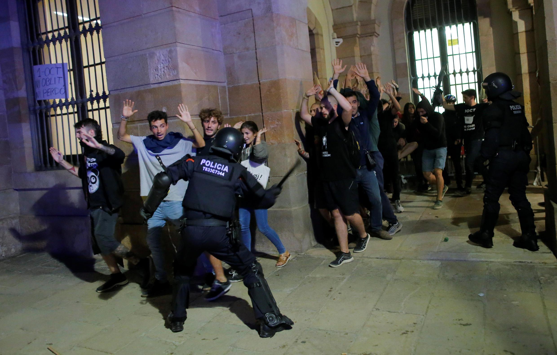 Участники акции пытались построить баррикады и прорваться в здание парламента