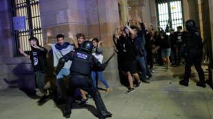 Des manifestants sont expulsés du Parlement catalan dans lequel ils avaient tenté de pénétrer. Barcelone, le 1er octobre 2018.