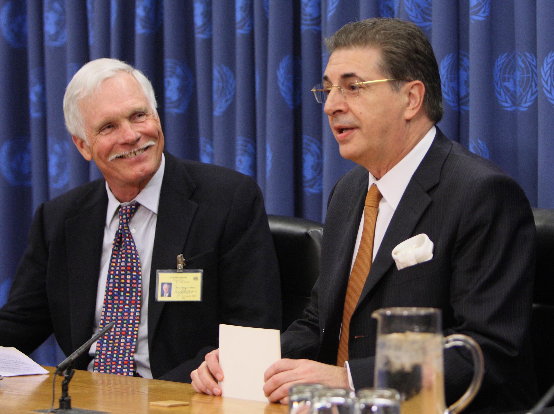 Srgjan Kerim (droite), ministre des Affaires étrangères de Macédoine de 2000 à 2001.