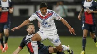 Nabil Fekir jogando pelo Lyon.