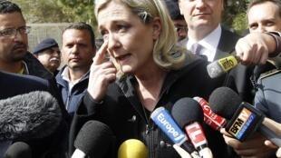 A candidata do partido de extrema direita francês, Marine Le Pen em visita a ilha de Lampedusa na Itália.